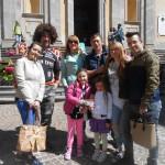 Famiglia Visioli e Ferrari insieme ai piedi della scalinata della chiesa di Asso